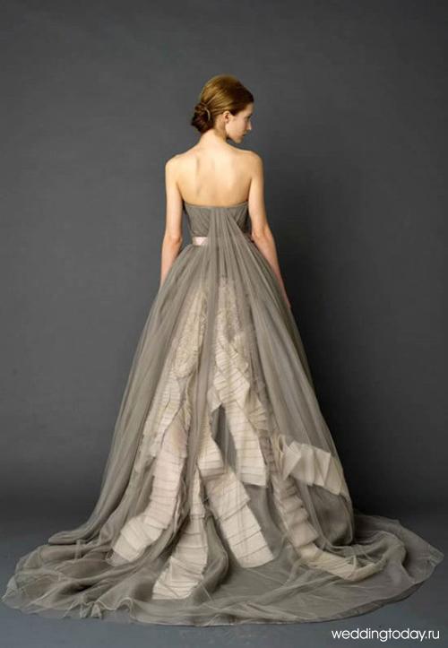 Серое свадебное платье от Веры Вонг. Через тонкий слой ткани просвечивают белые плиссированные ленты, так необычно и в тоже время прекрасно