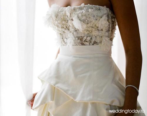 Платье с простой атласной юбкой и лифом расшитым стразами и аппликациями из цветов