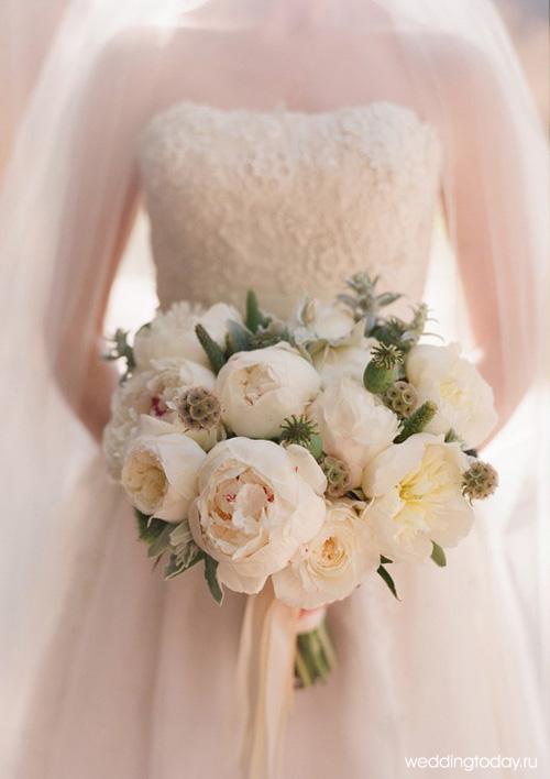 Букет невесты из нераскрывшихся белых пионов с колотушками мака. Свадебный