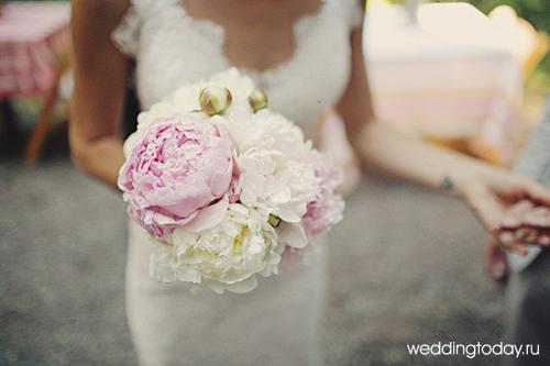 Воздушный и романтичный свадебный букет из белых или розовых пионов станет отличной альтернативой более ожидаемому букету из традиционных роз