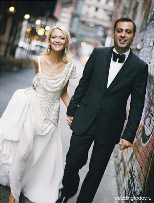 Свадебные наряды классического стиля обязательно предусматривают белое свадебное платье и черный мужской костюм. На невесте (фото выше) прекрасное свадебное