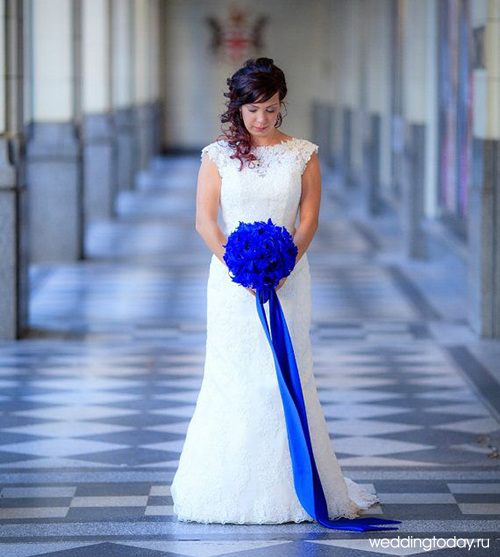 Фото образа невесты с синими цветами